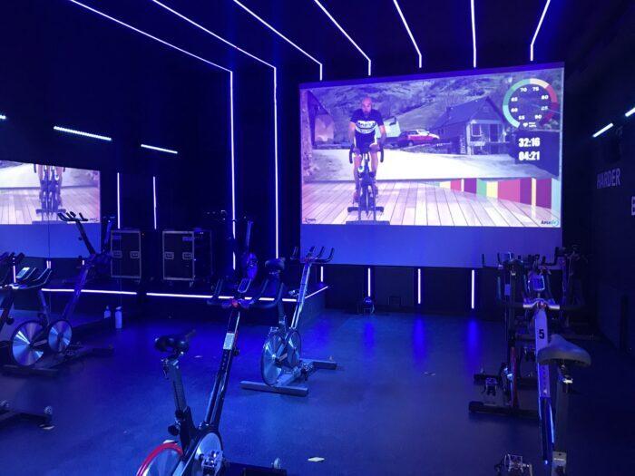 Sala de Indoor Cycling con Iluminación Espectacular
